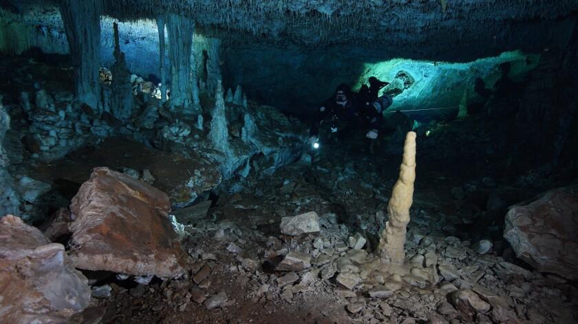 """Un buzo en """"La mina roja"""", un pasaje del sistema submarino de cuevas Sagitario cerca de Playa del Carmen."""