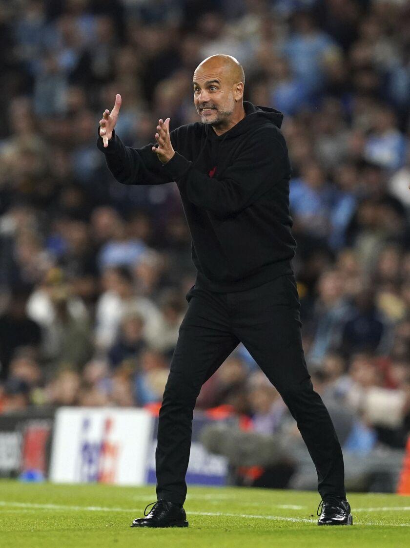 El técnico Pep Guardiola, del Manchester City, da instrucciones a sus jugadores durante el duelo de la Liga de Campeones ante el Leipzig, en el estadio Etihad de Manchester, Inglaterra, el miércoles 15 de septiembre de 2021. (Martin Rickett/PA vía AP)