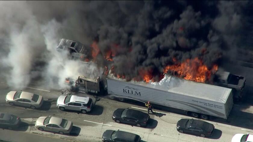Veinte autos fueron destruidos por el fuego en la autopista 15 en el incendio en el Cajon Pass. Muchos de los que huyeron de sus vehículos más tarde tuvieron que pagar altos cargos por el remolque.