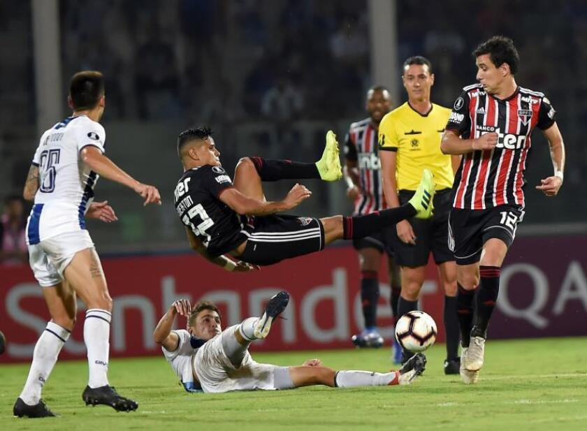 Talleres' Leonel Rivas (C, bottom) vies for the ball with Sao Paulo's Everton (C, top) during the Copa Libertadores soccer match between Talleres and Sao Paulo at Mario Alberto Kempes stadium in Cordoba, Argentina, Feb. 6, 2019. EPA-EFE/Hernan Cortez
