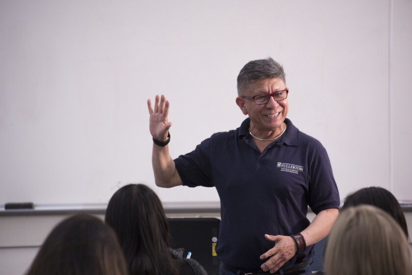 Martínez Cruz, inmigrante, se destaca como profesor de matematicas en universidad local.