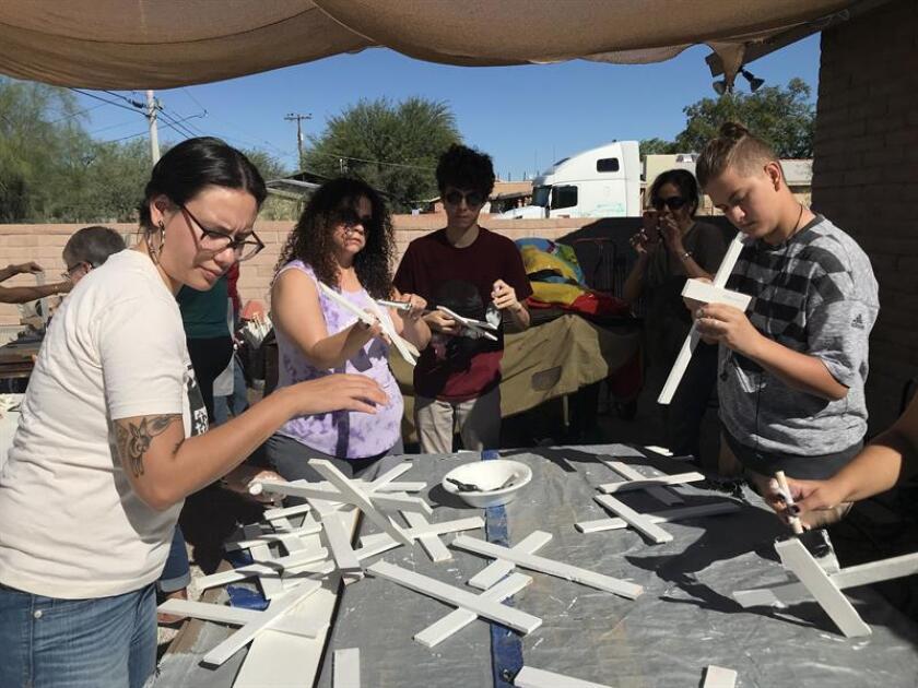 Voluntarios de la Coalición de Derechos Humanos de Arizona pintan de blanco cruces de madera en memoria de los inmigrantes fallecidos en el desierto de Arizona al intentar cruzar la frontera de México con EE.UU. hoy, sábado 27 de octubre de 2018, en Tucson (EE.UU.). EFE