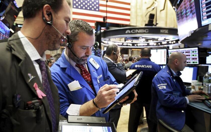 Wall Street seguía hoy sin un rumbo claro y hacia la media sesión el Dow Jones de Industriales, su principal indicador, cedía un leve 0,02 %, mientras que el S&P 500 bajaba un 0,13 % y el índice Nasdaq perdía un 0,15 %. EFE/ARCHIVO