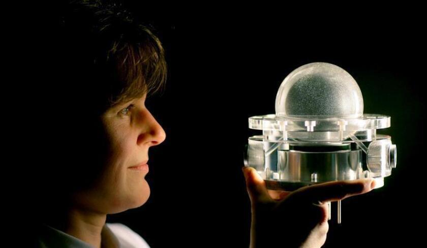 "Birgit Futterer, de la Universidad Técnica BTU de Cottbus, observa un modelo de la célula experimental ""GeoFlow"", en Cottbus, Alemania. EFE/Archivo"