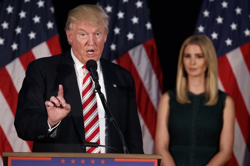 Ivanka Trump, a la derecha, observa a su padre Donald Trump mientras éste pronuncia un discurso el martes 13 de septiembre de 2016 en Aston, Pennsylvania. (AP Foto/Evan Vucci)