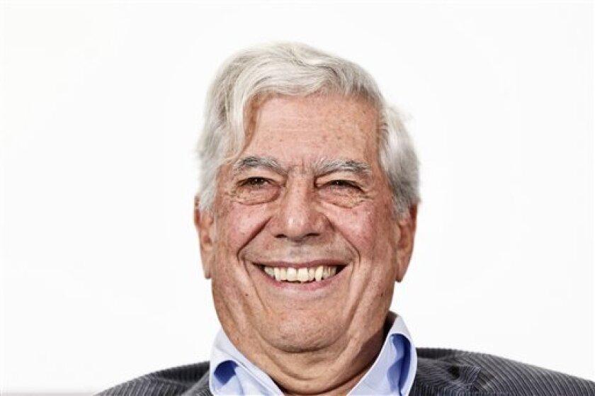 Mario Vargas Llosa recibirá el lunes el premio de la XIX Feria Internacional del Libro de Santo Domingo en medio de cuestionamientos de grupos conservadores que critican la postura del intelectual contra el proceso de desnacionalización de descendientes de haitianos.