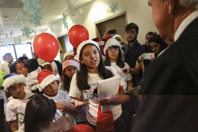 Centenares de niños estadounidenses, hijos de inmigrantes, entregaron hoy cartas a alcaldes de todo el país para pedirles que protejan a las familias de las promesas electorales de Donald Trump de deportar a millones de indocumentados. EFE