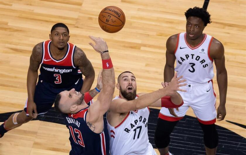 Washington Wizards guard Bradley Beal (rear-L) and Toronto Raptors forward Ogugua Anunoby (rear-R) of Britain watch as Wizards center Marcin Gortat (front-L) of Poland takes the tip-off against Raptors center Jonas Valanciunas (front-R) of Lithuania to start game one in the NBA Eastern Conference First Round basketball playoff game between the Washington Wizards at Toronto Raptors at the Air Canada Centre in Toronto, Canada, 14 April 2018. EFE