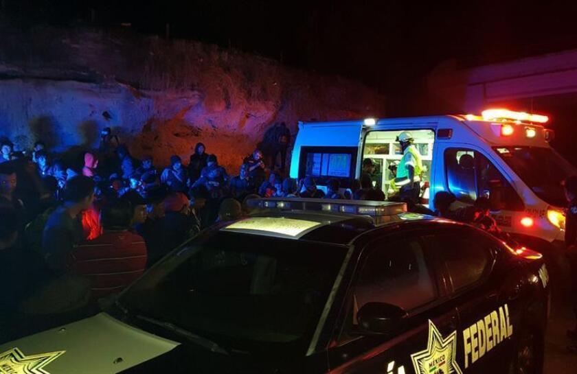 Agentes de la Policía Federal (PF) de México trabajan en la zona hoy, jueves 5 de abril de 2018, donde interceptaron a 101 migrantes indocumentados guatemaltecos que viajaban en el área de carga de un tráiler en el estado de Veracruz (este) con destino a EE.UU., informaron hoy las autoridades. EFE