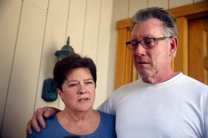 Liz Sullivan y Jim Steinle, padres de Kathryn Steinle, víctima, habla con reporteros afuera de su hogar en Pleasanton, Cal.