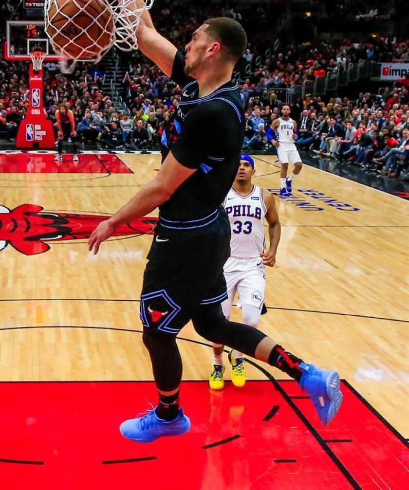 El escolta de los Bulls de Chicago, Zach LaVine (i), encesta frente al delantero de los Philadelphia 76ers, Tobias Harris (d) este miércoles, durante un partido de la NBA entre los Philadelphia 76ers y Chicago Bull, en el United Center de Chicago, (EE.UU.). EFE