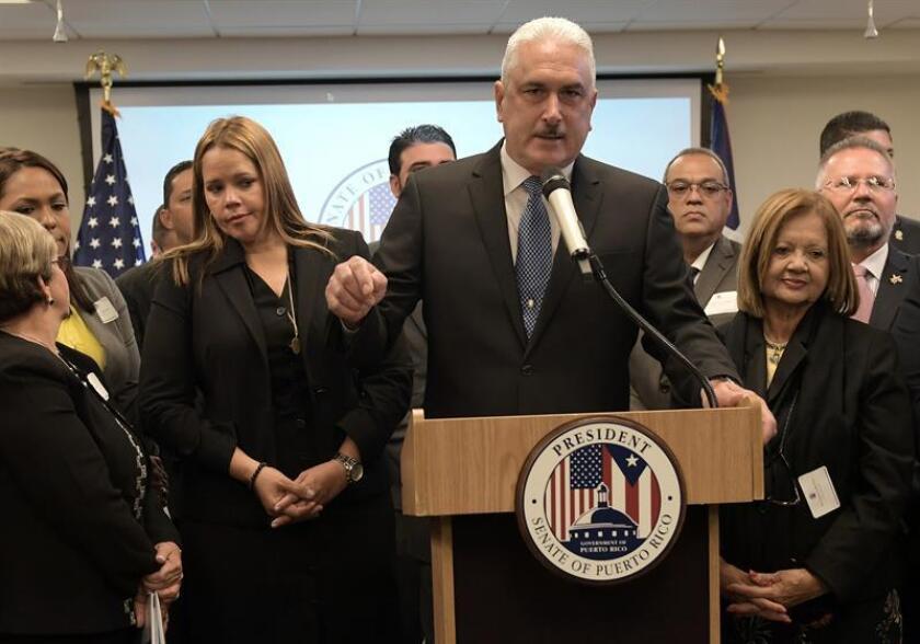 """El presidente del Senado puertorriqueño, Thomas Rivera Schatz (c), acompañado por la alcaldesa de Ponce, María """"Mayita"""" Meléndez (i); la alcaldesa de Canóvanas, Lornna Soto (2i); los senadores Migdalia Padilla (d), y otros ejecutivos (atrás), habla durante una conferencia de prensa. EFE/Archivo"""