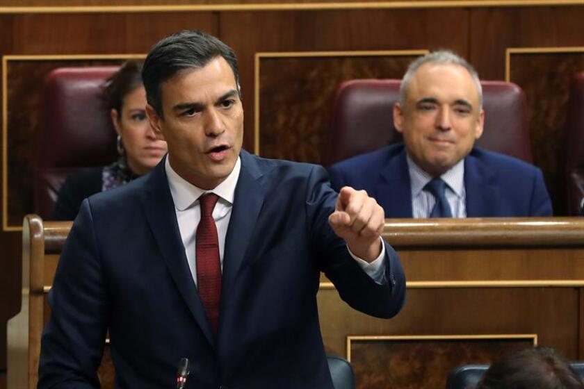 """El Gobierno afirmó hoy que el jefe del Ejecutivo español, Pedro Sánchez, debe aprovechar su próxima visita a Cuba para presionar al país para que """"se democratice"""", además de pedir a La Habana """"que no intervenga más en las acciones del Gobierno de Venezuela"""". EFE/ARCHIVO"""