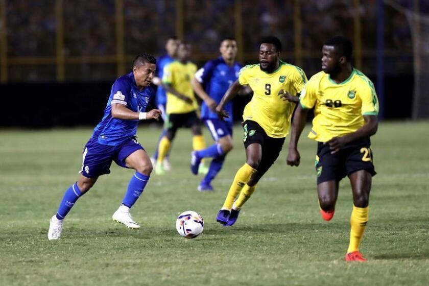 El salvadoreño Óscar Cerén (i) intenta superar la marca de los jamaicanos Ricardo Morris (c) y Kemar Lawrence (d) durante un partido por la última jornada de las Clasificatorias de la Liga de Naciones de la Concacaf entre El Salvador y Jamaica este sábado, en el Estadio Cuscatlán, en San Salvador (El Salvador). EFE