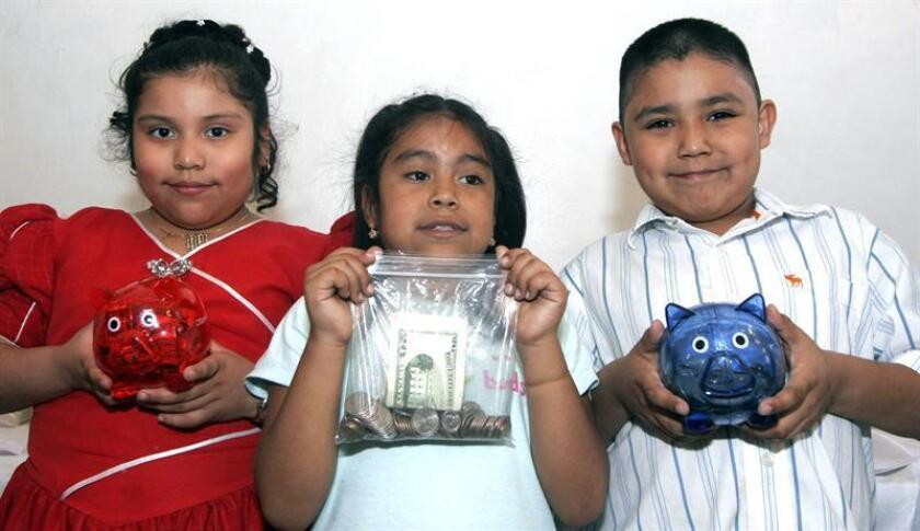 """Vista de varios niños con un """"cochinito"""" ahorrador. EFE/Archivo"""