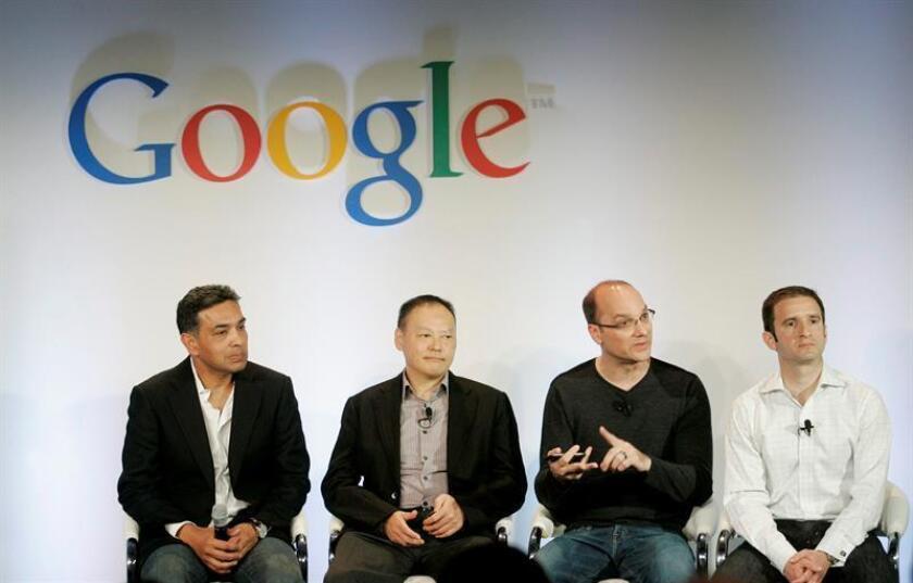 """Google protegió al creador de Android, Andy Rubin (2-d), tras una denuncia de conducta sexual inapropiada que fue considerada """"creíble"""" en una investigación interna, y compensó su salida de la compañía tecnológica en 2014 con 90 millones de dólares, informó hoy el diario The New York Times. EFE/ARCHIVO"""
