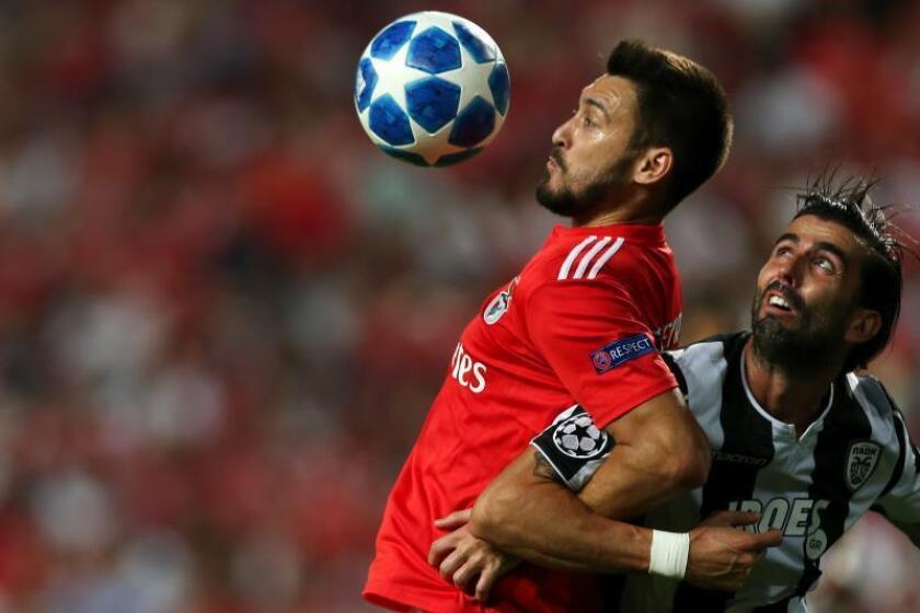 Facundo Ferreyra (i) de SL Benfica disputa un balón con Jose Crespo (d) de PAOK durante un partido de la Liga de Campeones UEFA en el estadio Luz en Lisboa (Portugal). EFE/Archivo
