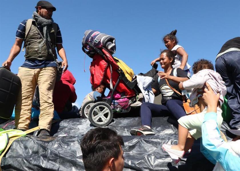 Decenas de migrantes centroamericanos alcanzaron hoy la frontera México-Estados Unidos y treparon la valla que divide ambos países en una especie de primera meta en su objetivo final de entrar a la Unión Americana. EFE