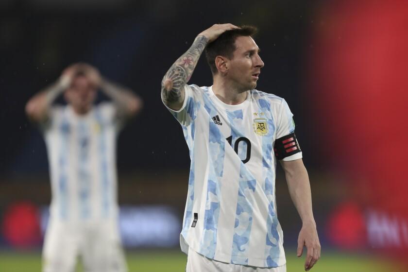 Lionel Messi, de la selección de Argentina, se lamenta durante un partido ante Colombia