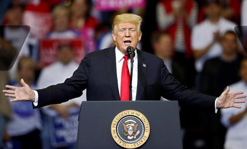 El presidente de los Estados Unidos, Donald J. Trump (c), participa en un mitin en Houston, Texas (EE.UU.). EFE