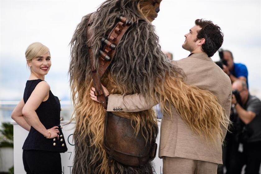 """El actor estadounidense Alden Ehrenreich, la actriz británica Emilia Clarke y Chewbacca posan para los fotógrafos durante la presentación de la película """"Solo: A Star Wars Story"""". EFe/Archivo"""