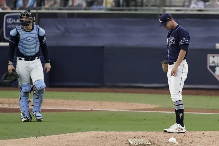 El pitcher de los Rays de Tampa Bay Shane McClanahan espera para lanzar en la séptima entrada del juego 6 de la serie por el campeonato de la Liga Americana ante los Astros de Houston el viernes 16 de octubre del 2020. (AP Photo/Jae C. Hong)