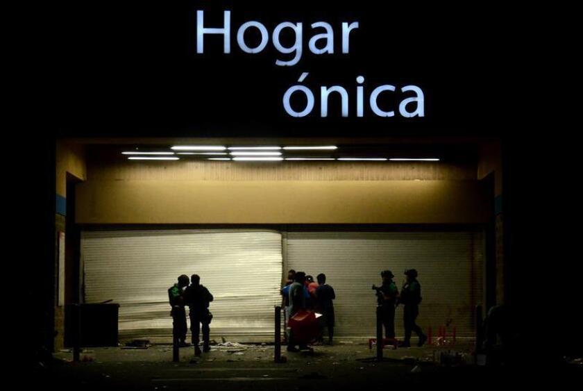 Al menos 250 tiendas en siete estados de México han sido saqueadas en el marco de las protestas por el aumento a los precios de la gasolina, informó hoy la Asociación Nacional de Tiendas de Autoservicio y Departamentales (ANTAD). EFE