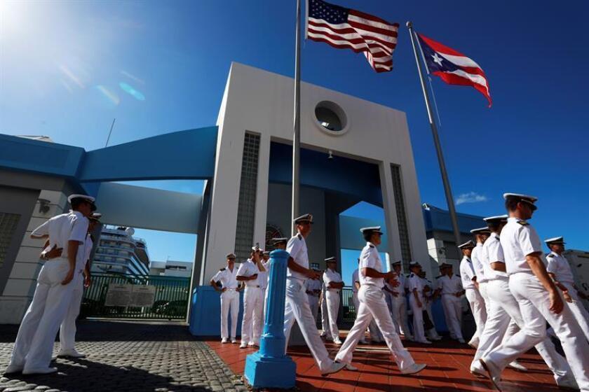 """Miembros de la tripulación del buque-escuela español """"Juan Sebastián de Elcano"""" forman frente a la puerta de salida del muelle 1 del Puerto de San Juan (Puerto Rico). EFE"""