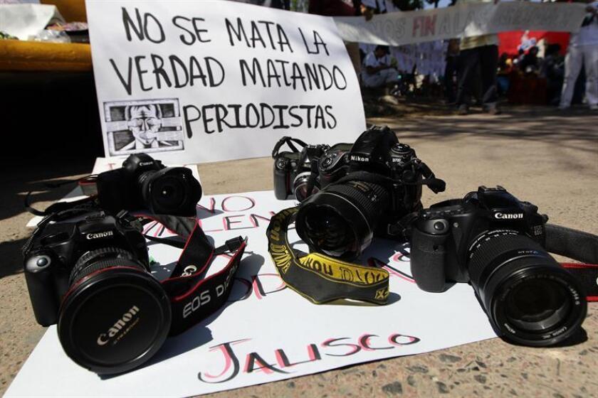 """Un grupo de medios de comunicación de México lanzaron hoy un segundo """"Basta ya"""" a los embates del crimen organizado a la prensa y acordaron desplegar una estrategia para prevenir agresiones como las que este año han dejado once periodistas asesinados. EFE/ARCHIVO"""