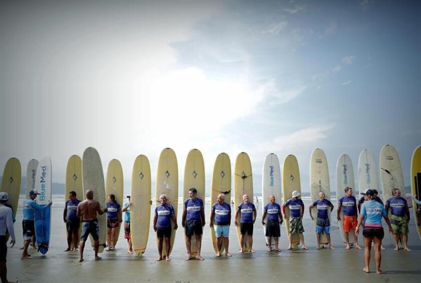 """Un grupo de mayores de 50 años práctica surf durante una clase que imparte """"Escuela Radical"""", el 22 de enero de 2019, en Santos (Brasil). EFE"""