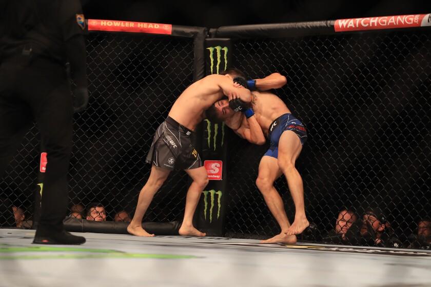 Zhalgas Zhumagulov (izq.) somete a Jerome Rivera en la primera pelea de la noche.