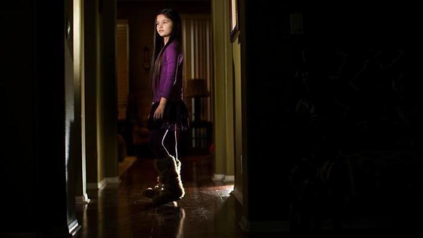 La madre de Amelia Su-Lin Crawford pagó $1,000 por tres vestidos hechos por la diseñadora Tiffany Cooper para avanzar en la carrera de modelaje de su hija (Gina Ferazzi / Los Angeles Times).