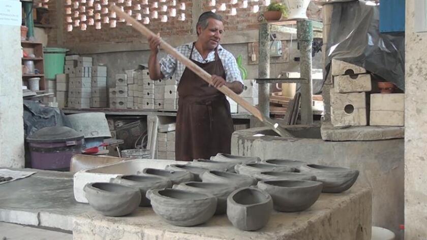 Fotograma en donde se observa a un alfarero realizando piezas con figuras del pejelagarto en el municipio de Nacajuca, a unos 20 kilómetros de Villahermosa, la capital de Tabasco. EFE/MÁXIMA CALIDAD DISPONIBLE