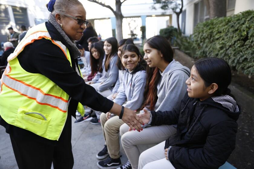 Phyllis Lott, a la izquierda, saluda a los de estudiantes de Berendo Middle School, luego de darse a conocer la beca por $30 millones que entregará el gobierno federal al programa Promise Neighborhood.