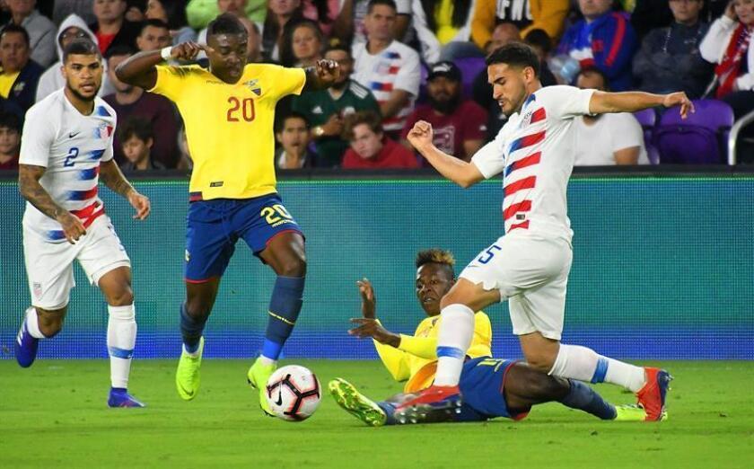 Cristian Roldan (d) de los Estados Unidos disputa el balón con Jhegson Méndez (i) de Ecuador este jueves, en un partido amistoso entre Estados Unidos y Ecuador, en el estadio Orlando City de Orlando, Florida (Estados Unidos). EFE
