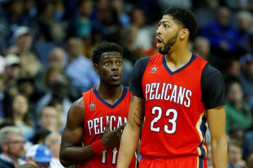El jugador de Pelicans Jrue Holiday (i) con su compañero Anthony Davis (d) durante un partido de la NBA. EFE/Archivo