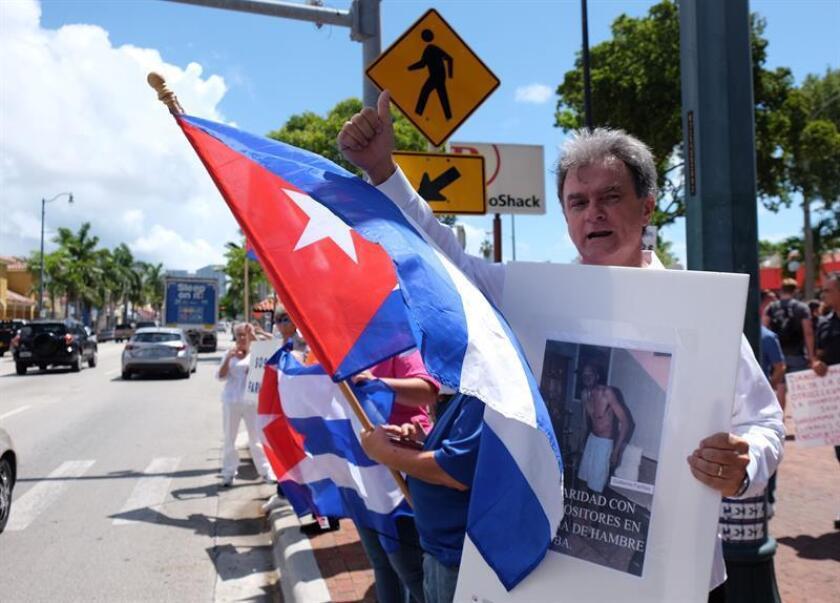 """Ramón Saúl Sánchez, líder del Movimiento Democracia, en Miami (EE.UU.), dijo hoy a Efe que esta semana enviaron una misiva a la Oficina del Alto Comisionado de Naciones Unidas para los Refugiados (Acnur) en la que le piden proteger a los cubanos """"varados"""". EFE/ARCHIVO"""