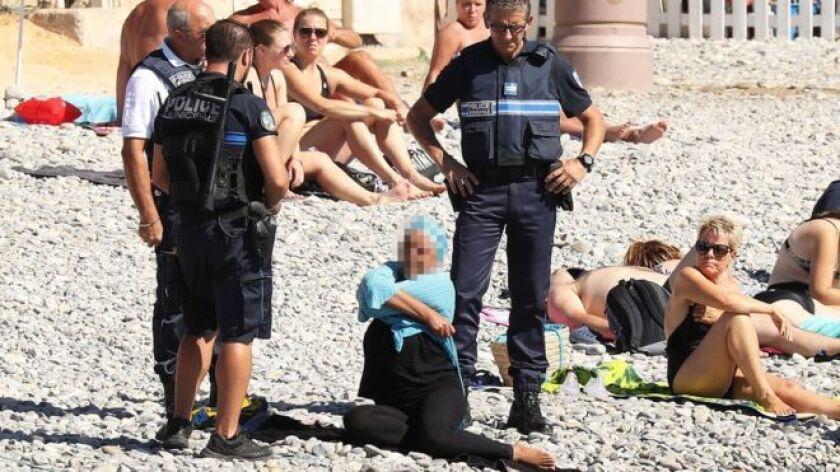 Los policías aplicaron una nueva normativa que prohíbe el uso de vestimenta que pueda tener connotaciones religiosas en las playas.