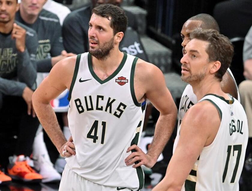 Nikola Mirotic y Pau Gasol (d) de Milwaukee Bucks hablan en un partido ante San Antonio Spurs de la NBA, en San Antonio (EE.UU.). EFE/Archivo