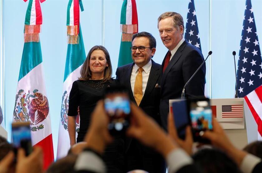 El representante Comercial de Estados Unidos, Robert Lighthizer (d); la ministra de Asuntos Exteriores de Canadá, Chrystia Freeland (i), y el secretario de Economía de México, Ildefonso Guajardo(c), participan durante la rueda de prensa. EFE/Archivo