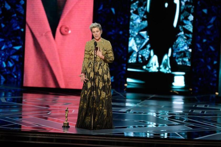 """La actriz Frances McDormand (c) pronuncia un discurso tras ganar el Óscar a la mejor actriz por su papel en """"Tres anuncios en las afueras"""" (""""Three Billboards Outside Ebbing, Missouri"""") durante la 90 edición de los Óscar en el Dolby Theatre de Hollywood, California (Estados Unidos). EFE/Aaron Poole-Academia de Artes y Ciencias Cinematográficas de EE.UU. (AMPAS) ***LA IMAGEN NO PODRÁN SER MODIFICADA/ SOLO PERMITIDO SU USO EDITORIAL PARA INFORMAR ÚNICAMENTE SOBRE EL EVENTO/SOLO SE PERMITE UN SOLO USO/CRÉDITO OBLIGATORIO/FOTO CEDIDA/SOLO USO EDITORIAL/PROHIBIDA SU VENTA Y SU ARCHIVO***"""