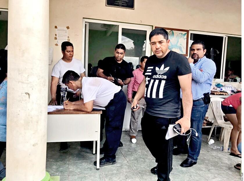 Álvaro Sánchez Valdez, número tres en el escalafón de la Policía de la Ciudad de México, fue retenido ayer por autoridades y vecinos de Tecoanapa acusado de robo y abuso de autoridad.