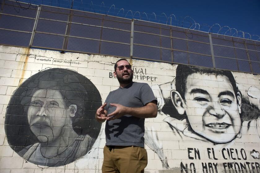 El muralista Alonso Delgadillo muestra un mural pintado en el muro fronterizo a lo largo de la frontera entre Tijuana (México) y San Diego (California) hoy, lunes 7 de noviembre 2016, durante una entrevista con Efe. Ajeno a toda la polémica que le ha rodeado durante la presente campaña electoral en EE.UU., el muro fronterizo con México se ha convertido en un lienzo en el que artistas latinoamericanos desean trasmitir mensajes de unión que impacten a una sociedad que vive en medio de políticas divisorias.