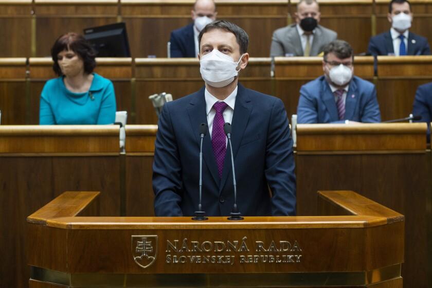 El nuevo primer ministro de Eslovaquia, Eduard Heger, da un mensaje ante el Parlamento, en Bratislava, el 4 de mayo de 2021. (Jakub Kotian/TASR vía AP)