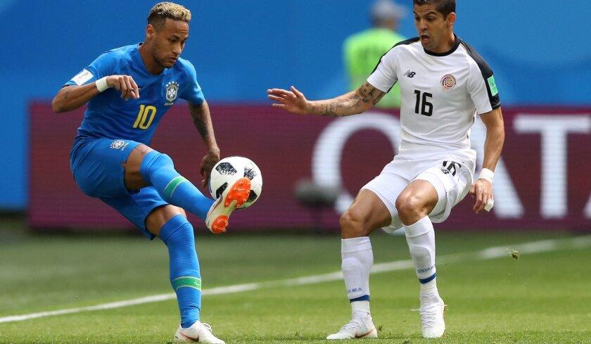 Neymar (i) tuvo una buena labor ante Costa Rica.
