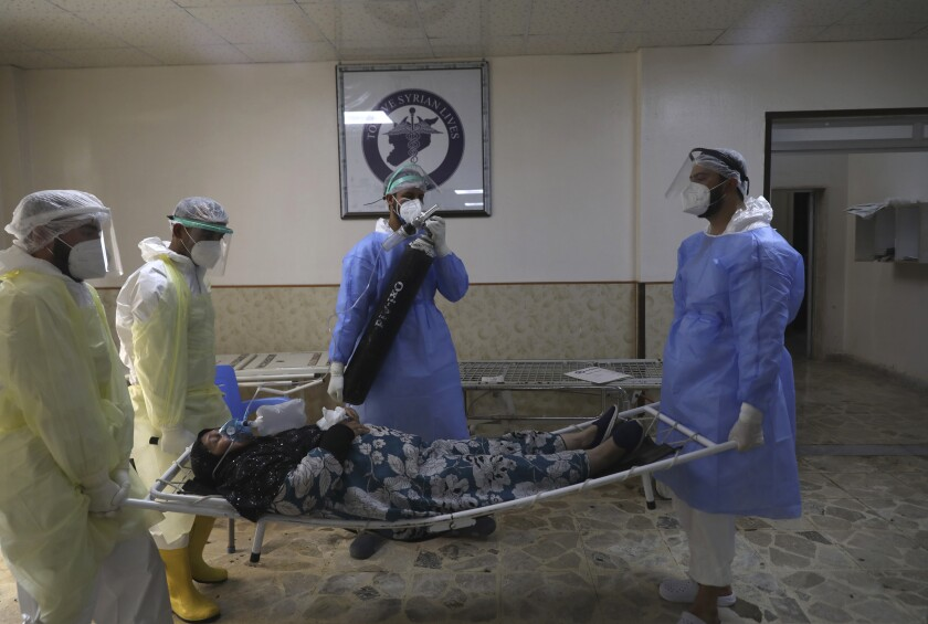 Médicos atienden a un enfermo de coronavirus en un hospital de Idlib en Siria el 20 de septiembre del 2021. (Foto AP/Ghaith Alsayed)