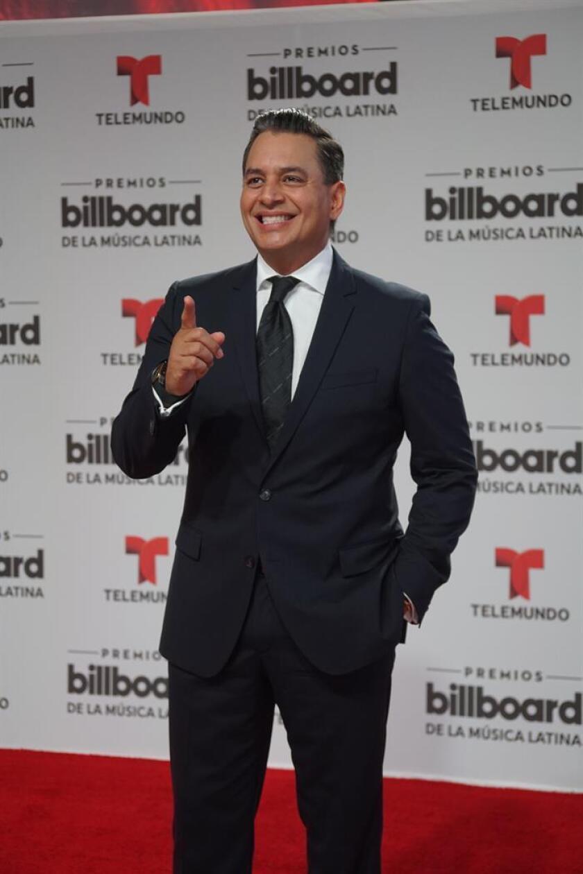 El actor venezolano Daniel Sarcos posa a su llegada para la entrega de los Premios Billboard a la Música Latina. EFE/Archivo