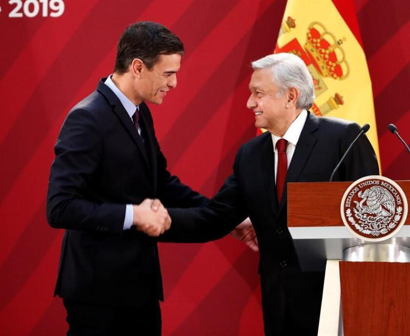 El presidente del Gobierno español, Pedro Sánchez (izq), saluda al presidente de México, Andrés Manuel López Obrador (dcha), tras ofrecer este miércoles una rueda de prensa conjunta en el Palacio Nacional, en Ciudad de México (México). EFE