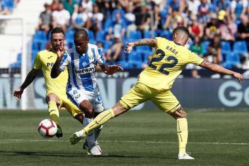 El jugador del Leganés Rolan (c) entre Layún (i) y Raba, del Villarreal, en el estadio Butarque de la localidad madrileña. EFE/Archivo