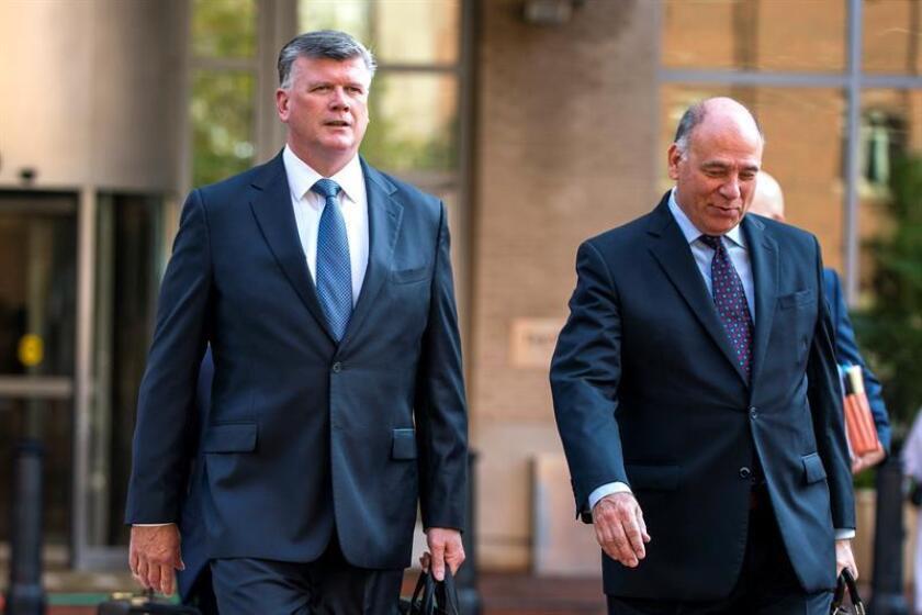 Kevin Downing (i) y Thomas Zehnle (d), abogados del exjefe de campaña del presidente estadounidense Donald Trump, Paul Manafort, antes de entrar al Tribunal del Distrito durante la segunda semana de juicio, en Alejandría, Virginia, Estados Unidos. EFE/Archivo